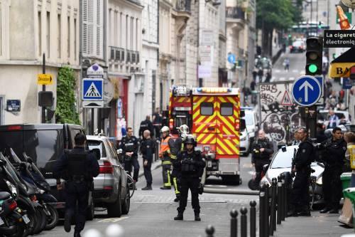 Parigi, uomo armato prende tre ostaggi 2