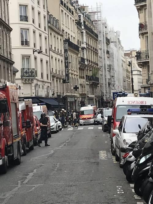 Parigi, uomo armato prende tre ostaggi 1