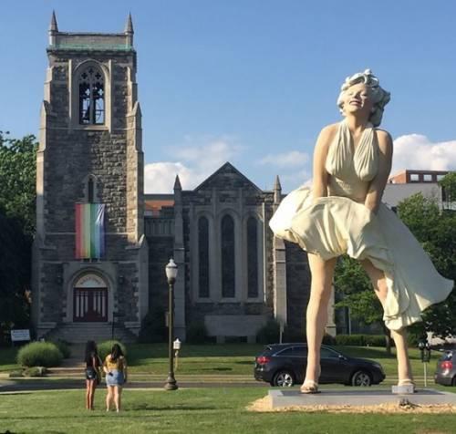 La statua di Marilyn Monroe davanti alla chiesa: è polemica
