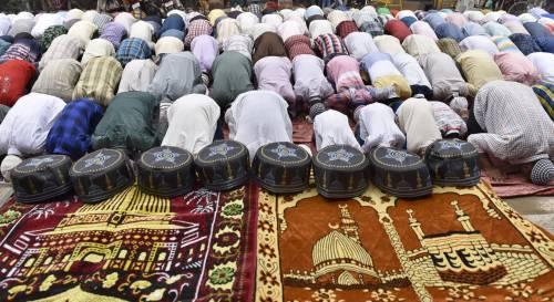 """La legge """"anti-moschee"""" varata al Pirellone modello per il governo"""