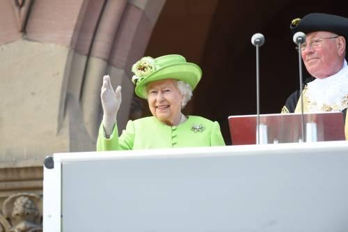 Meghan Markle con la regina nel Chershire 5