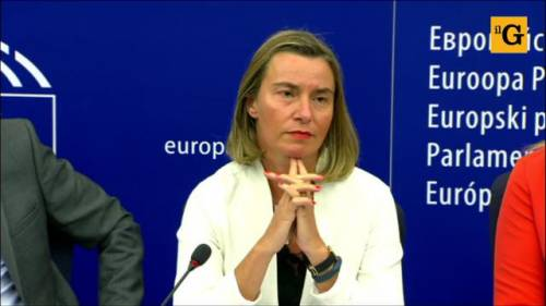 Mogherini non risponde alla domanda sull'Aquarius, i giornalisti italiani se ne vanno