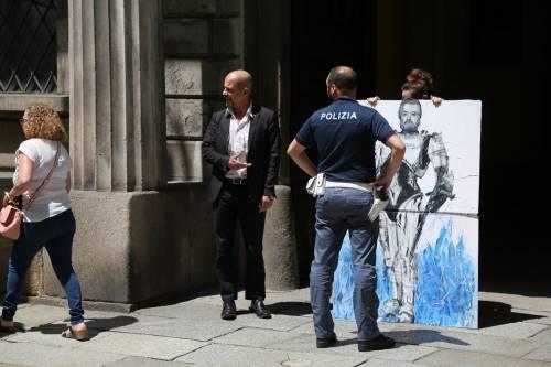 Salvini-Robocop compare all'ingresso della Prefettura di Milano