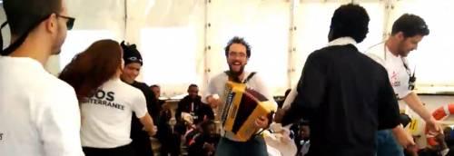 Balli, danze e cori sull'Aquarius L'odissea dei migranti a bordo