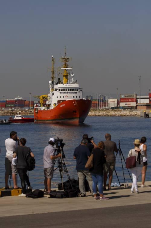 I poliziotti spagnoli vogliono mettere fuorilegge le ong che portano i migranti