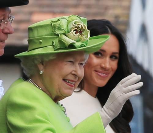 """La Regina è """"affaticata"""" e cancella gli impegni: preoccupazione a Londra"""