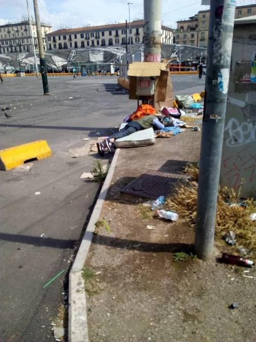 """Napoli, Tornano i mercatini della """"monnezza"""" dopo l'aggressione al farmacista 3"""