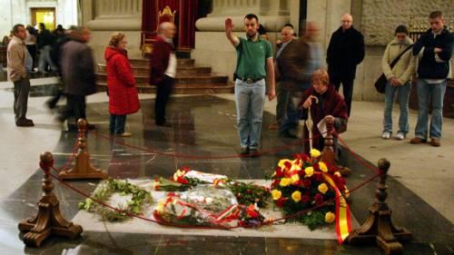 """Sanchez vuole rimuovere la salma di Franco dalla """"Valle dei Caduti"""""""