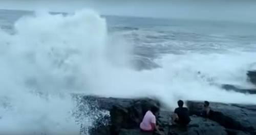 Fa un selfie sugli scogli, turista muore travolto da un'onda