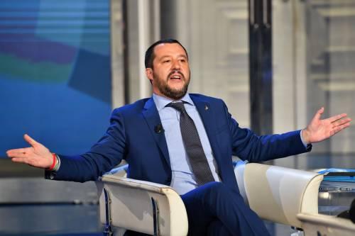 """Salvini rivede la scorta a Saviano. E lui: """"Buffone e malavitoso"""""""