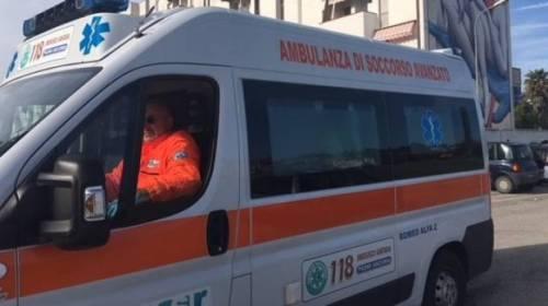 Genova, ambulanza bloccata dalle auto in sosta: muore 60enne