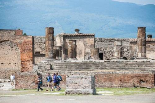 Pompei, turista inciampa e fa cadere una colonna