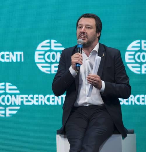 """""""Salvini sei una m..."""". E il ministro scova il """"like"""" della Ong all'insulto"""