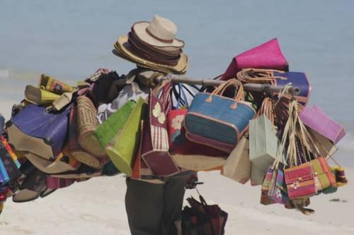 """Stop ai """"vu' cumprà"""" sulle spiagge: il piano contro gli abusivi"""
