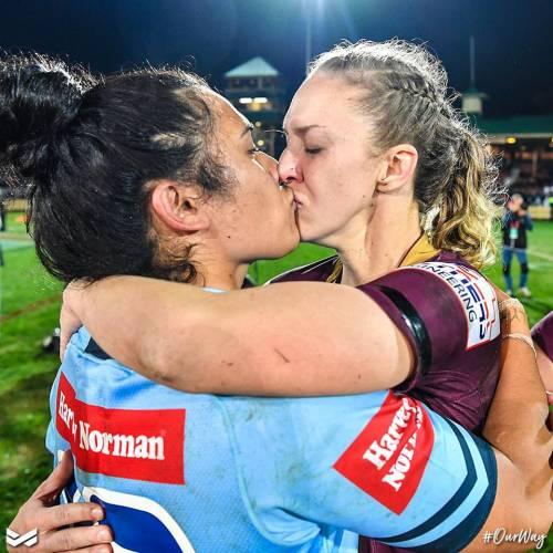 Australia, il bacio tra due rugbiste scatena la polemica