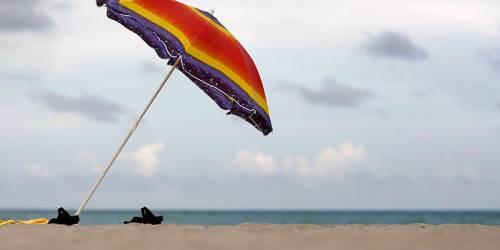 Tragedia al mare, muore a 55 anni: inutili i soccorsi