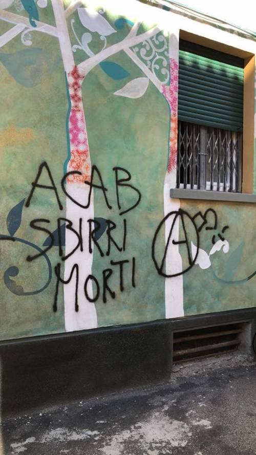 """Bologna, anarchici contro la polizia: """"Acab, sbirri morti"""""""