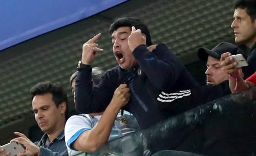 L'Argentina segna il 2-1 all'86'. E Maradona fa il dito medio