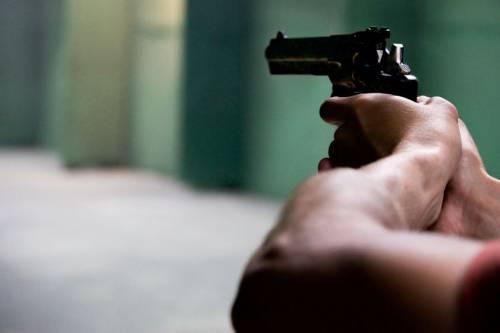 Latina, colpi di pistola ad aria compressa contro due migranti