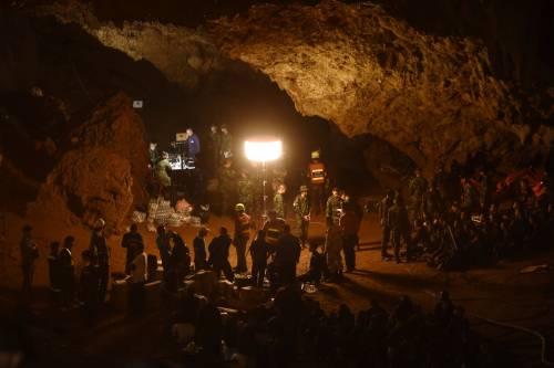 Thailandia, da 4 giorni si cercano 12 ragazzi intrappolati in una grotta