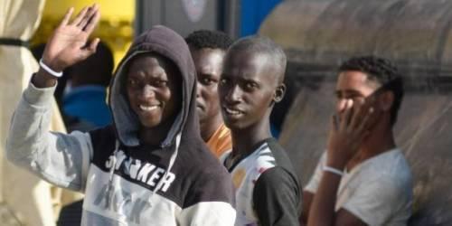 """Il parroco che aiuta gli africani: """"Così non devono più emigrare"""""""