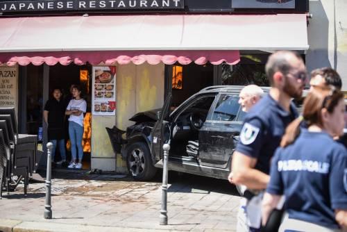 Milano, Suv si schianta contro un ristorante 3