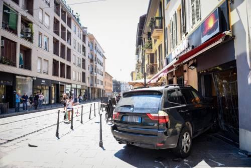 Milano, Suv si schianta contro un ristorante 5