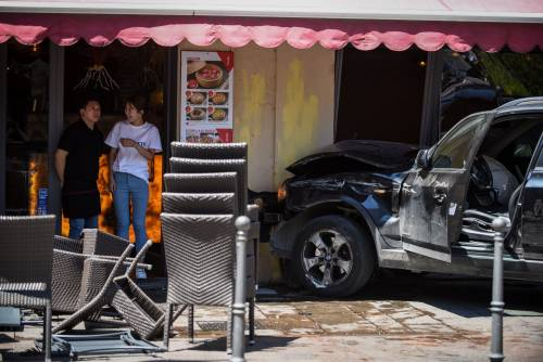 Milano, Suv si schianta contro un ristorante 6