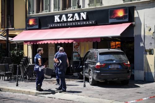 Milano, Suv si schianta contro un ristorante 7