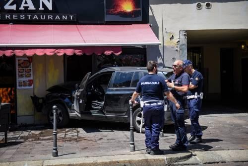 Milano, Suv si schianta contro un ristorante 8