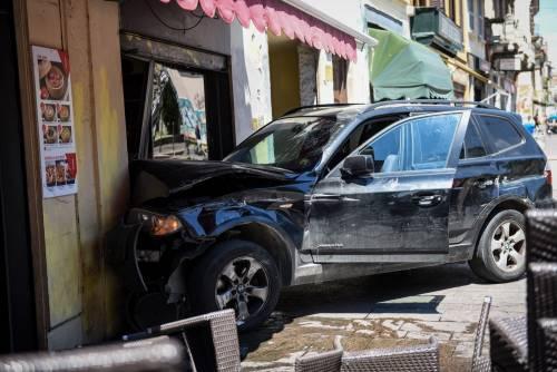 Milano, Suv si schianta contro un ristorante 9
