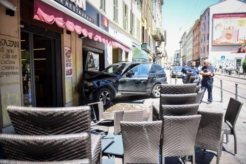 Milano, Suv si schianta contro un ristorante 10