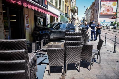 Milano, Suv si schianta contro un ristorante 11