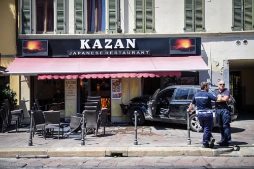 Milano, Suv si schianta contro un ristorante 2