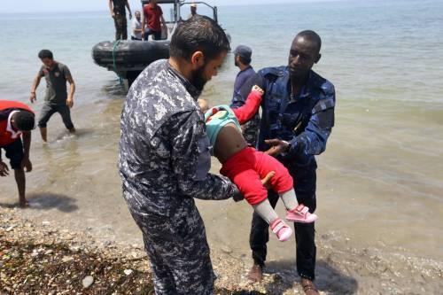 """Naufragio al largo della Libia: """"100 morti"""". Molti sono bimbi"""