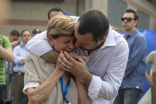 """Salvini prega per Buonanno: """"Ci aiuta da lassù"""". Poi abbraccia la madre in lacrime"""