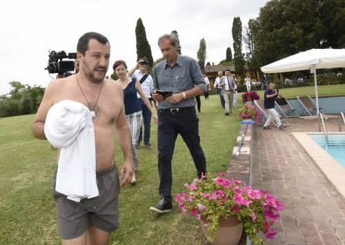 Salvini nuota nella piscina confiscata alla mafia 11