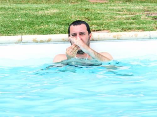 Salvini nuota nella piscina confiscata alla mafia 7