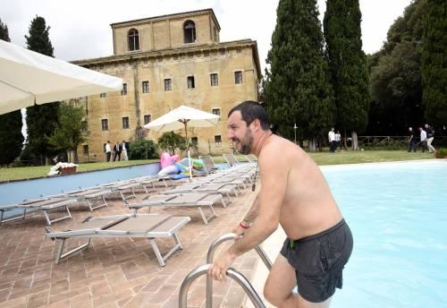 Salvini nuota nella piscina confiscata alla mafia 8