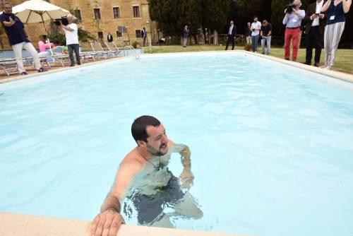 Salvini nuota nella piscina confiscata alla mafia 9