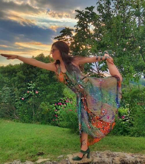 Naike Rivelli, meditazione in topless 4