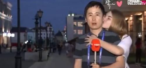 Mondiali 2018, giornalista coreano baciato da due donne in diretta televisiva