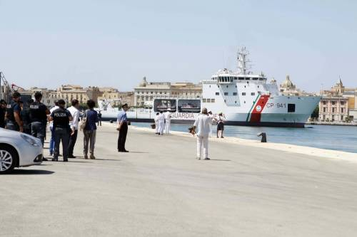 Trapani, la Diciotti entra in porto. Ma Salvini non autorizza lo sbarco