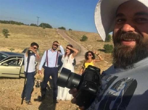 """Turchia, la sposa è una """"bambina"""" e il wedding reporter rompe il naso allo sposo"""