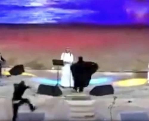 I sauditi hanno arrestato una donna per un abbraccio a un cantante