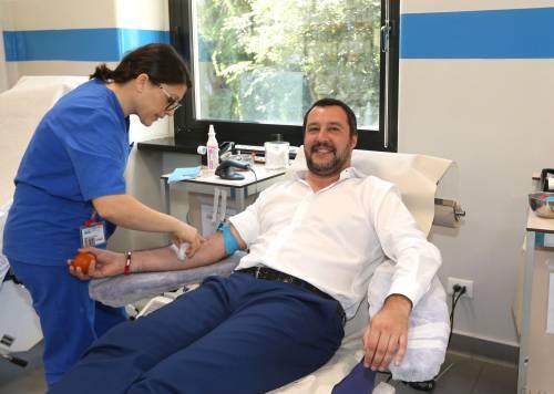 """Salvini dona il sangue e scherza sulla pressione: """"È alta, dovrei rilassarmi..."""""""