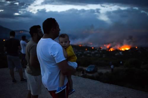 Le fiamme devastano la Grecia 8