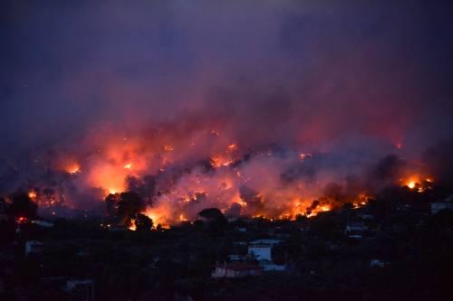 Le fiamme devastano la Grecia 2