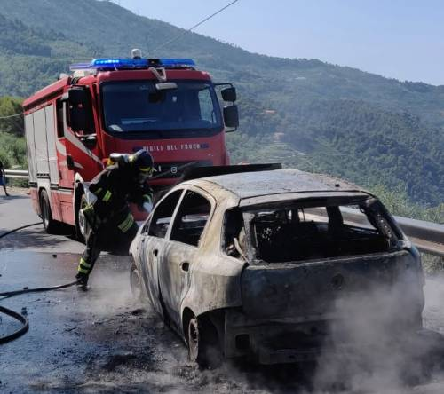 Brucia auto per strada, conducente riesce a salvarsi per un miracolo