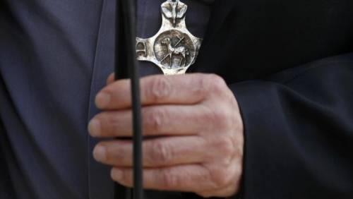 Sauna, piscina e amante: la bella vita del vescovo con i soldi dei suoi fedeli